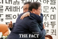 [TF사진관] '문희상 의장과 포옹 나누는 김태년 원내대표'