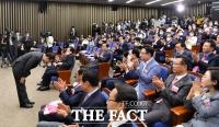 [TF포토] 고개숙여 인사하는 주호영 신임 원내대표