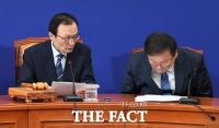 [TF사진관] '당 대표 옆자리로'…회의 참석한 김태년 신임 원내대표