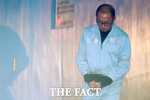 문화계 황태자 차은택 씨의 파기환송심 선고가 14일 오후 2시 내려진다. 사진은 지난 2018년 3월 서울중앙지법에서 열린 항소심 재판에 출석하기 위해 호송차에서 내려 이동하는 차씨의 모습./ 더팩트DB