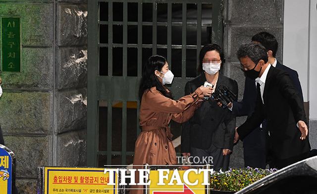 자녀 입시비리 및 사모펀드 혐의로 재판에 넘겨진 정경심 동양대학교 교수(왼쪽 두번째)가 10일 자정 경기도 의왕시 서울구치소를 나서며 차량으로 이동하고 있다. / 의왕=배정한 기자
