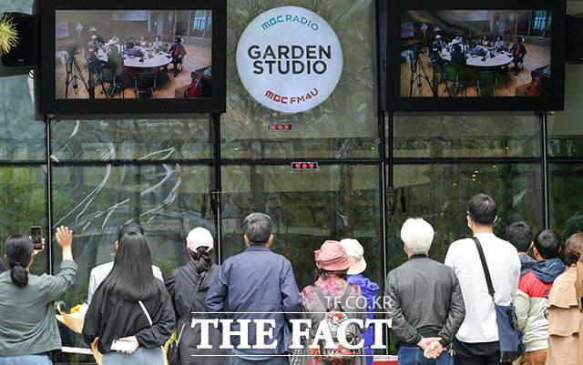 MBC 표준FM 싱글벙글쇼를 33년간 진행한 강석과 김혜영이 10일 오후 서울 마포구 상암동 MBC 가든 스튜디오에서 마지막 방송을 한 가운데 애청자들이 공개방송을 지켜보고 있다. /이덕인 기자
