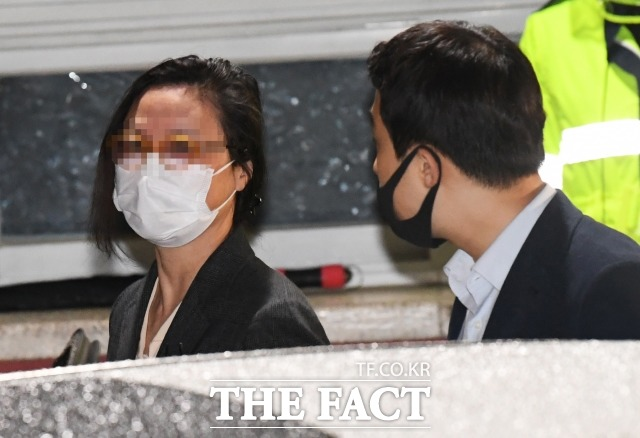자녀 입시비리 및 사모펀드 혐의로 재판에 넘겨진 정경심 동양대학교 교수(왼쪽)가 10일 자정 경기도 의왕시 서울구치소를 나서며 차량으로 이동하고 있다. /배정한 기자