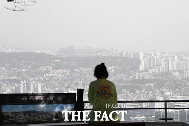 중국발 황사의 영향으로 미세먼지 나쁨 단계가 예보된 11일 오후 서울 용산구 남산공원에서 바라본 도심이 뿌옇게 보이고 있다. /남용희 기자