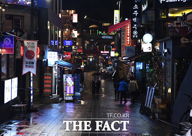 용인 66번 남성 확진환자 A(29)씨가 다녀간것으로 확인된 서울 용산구 이태원에서 음심점과 술집들이 밀집한 골목길이 한산한 모습을 보이고 있다. / 배정한 기자