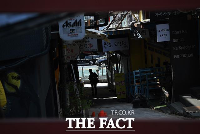 이태원 클럽에서 시작된 코로나19 집단감염 확진자가 79명으로 늘어난 11일 오전 서울 용산구 이태원 일대의 번화가에 적막감이 감돌고 있다. /이동률 기자