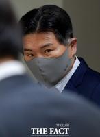 [TF사진관] '70억대 횡령 혐의' 홍문종 대표 공판 출석