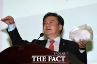 [TF포토] 파쇄된 투표용지 들고나온 민경욱