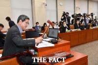 [TF사진관] 국회 환경노동위원회, '예술인 고용보험 확대 법안 통과'