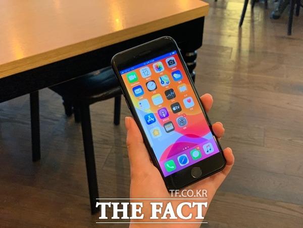 애플이 최근 출시한 아이폰SE의 경우 한손에 들어오는 그립감은 좋았지만, 기존 플래그십 모델 대비 상대적으로 작은 디스플레이는 아쉬움으로 남았다. /최수진 기자