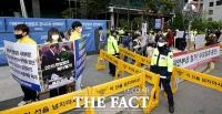 [TF사진관] 수요집회 중단 요구…'소녀상 감싼 학생들'