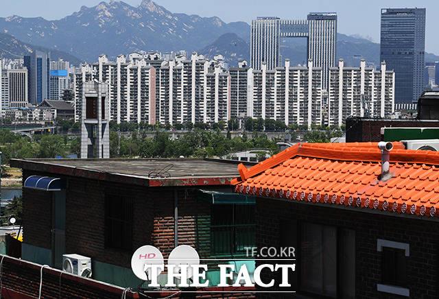 시간이 멈춘듯한 동작구 본동 옥탑방과 대비되는 용산구 이촌동의 아파트와 호텔들.