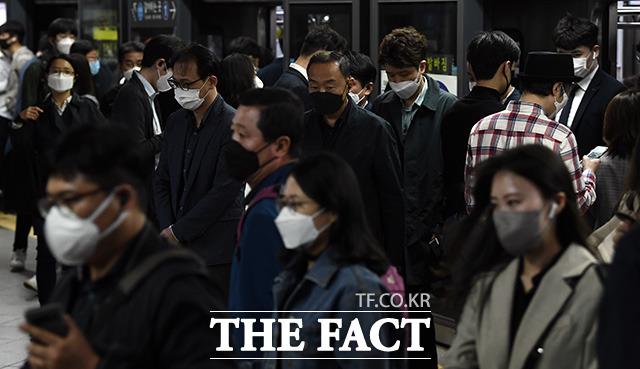 지하철 혼잡시간대 마스크 미착용자의 탑승제한이 시행된 13일 오후 서울 용산구 서울역 지하철을 이용하는 시민들이 마스크를 착용한 채 발걸음을 재촉하고 있다. /이동률 기자