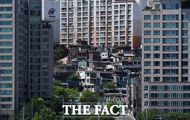 한강 건너편에서 바라본 용산구 한남동 일대의 모습. 매매가 30억원의 아파트(왼쪽)와 월세 20만원의 주택이 상반된 모습을 보인다.