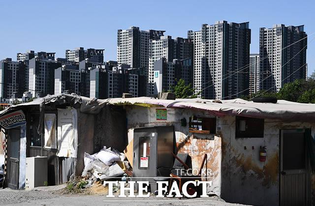 아직 연탄을 사용하는 구룡마을(아래쪽)과 첨단 기능으로 가득한 신축 아파트.