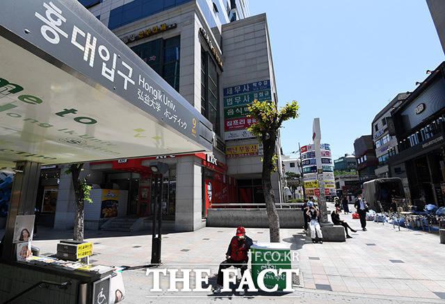 만남의 광장이라 불리던 홍대입구역 9번 출구 앞도 한산하다.