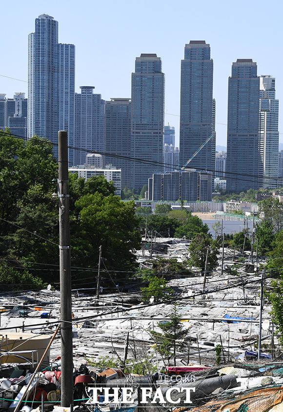 빈부격차의 표본으로 알려진 구룡마을(아래쪽)과 T아파트.