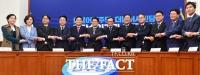 [TF사진관] 민주당, 더불어시민당과 합당… '177석으로 몸 불린 여당'