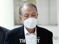 [TF포토] 담담한 표정으로 법정 향하는 김기춘
