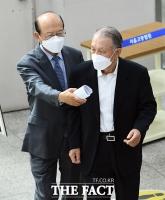 [TF포토] 법정 들어서는 김기춘