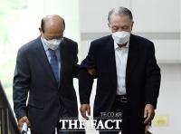 [TF포토] 부축 받으며 법정 이동하는 김기춘