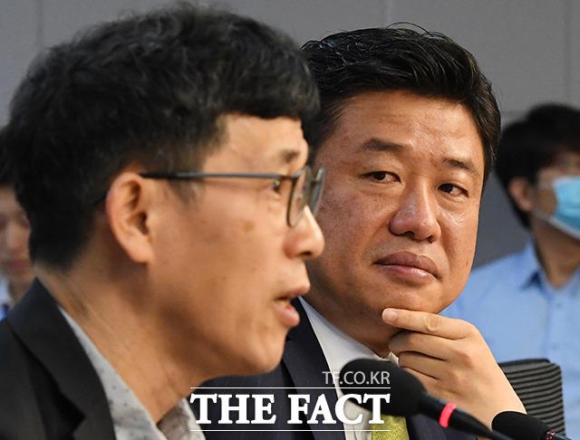 진중권 교수(왼쪽) 발언 듣는 유의동 의원