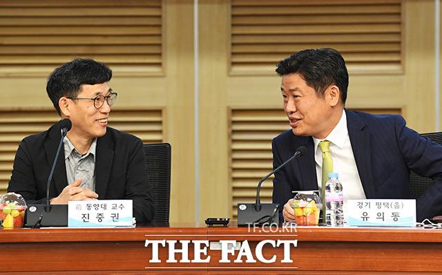유의동 미래통합당 의원과 대화하는 진중권 전 동양대학교 교수(왼쪽)