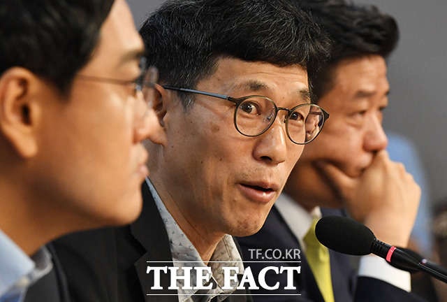 진중권 교수(가운데)의 발언 듣는 오신환 의원(왼쪽)과 유의동 의원