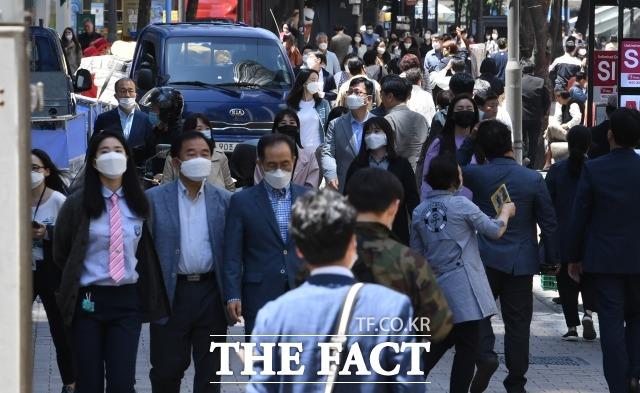 21대 국회는 끝을 알 수 없는 코로나19 사태 속 우리나라가 퇴행적 재난 자본주의로 갈 것인지, 진정한 뉴딜을 할 것인지 갈림길에 있다는 평가가 나온다. 지난 13일 오후 서울 중구 명동 일대에서 거리를 지나는 시민 대부분이 마스크를 착용하고 있는 모습. /임세준 기자
