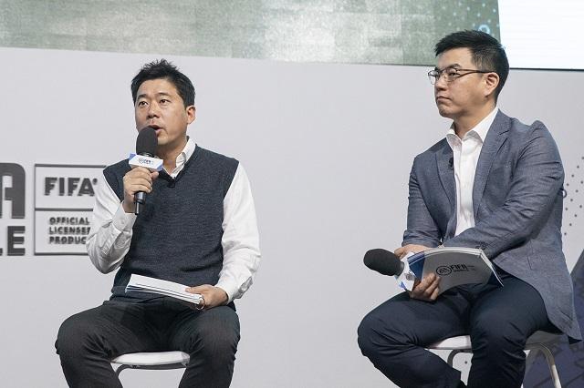 넥슨이 신작 피파 모바일을 다음 달 출시한다. 김용대(왼쪽) 피파퍼블리싱그룹장과 유휘동 EA코리아 대표가 14일 열린 온라인 발표회에서 이 게임을 소개하고 있다. /넥슨 제공