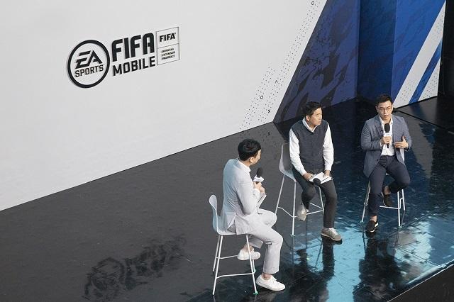 넥슨이 신작 피파 모바일을 다음 달 출시한다. 김용대(가운데) 피파퍼블리싱그룹장과 유휘동(오른쪽) EA코리아 대표가 14일 열린 온라인 발표회에서 이 게임을 소개하고 있다. /넥슨 제공