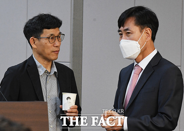 하태경 미래통합당 의원과 대화하는 진중권 전 동양대학교 교수(왼쪽)