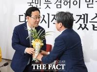 [TF포토] 주호영 원내대표에게 난 선물한 문재인 대통령