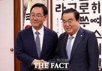 [TF포토] 문희상 국회의장과 악수하는 주호영 원내대표