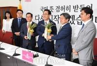 [TF포토] 강기정 정무수석, '주호영 원내대표에게 대통령 난 선물 전달'