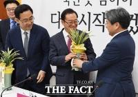 [TF사진관] 대통령 축하 난 들고 미래통합당 찾은 강기정 정무수석