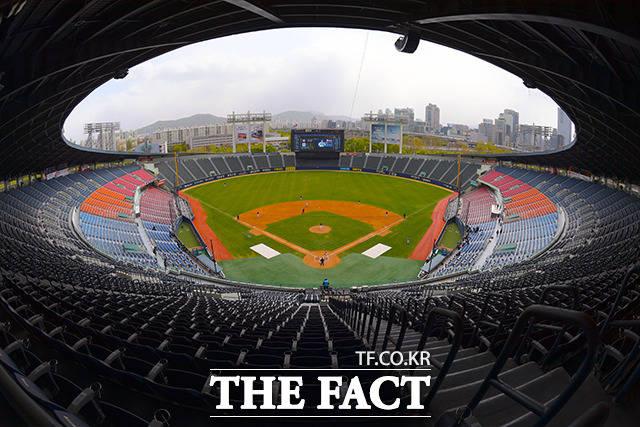 케이토토는 19일(화)에 열리는 2020시즌 한국프로야구(KBO)프로야구 3경기를 대상으로 한 야구토토 스페셜 13회차 투표율을 중간 집계한 결과, 참가자의 44.56%가 두산-NC(1경기)전에서 원정팀 NC의 근소한 우세를 전망했다./이선화 기자