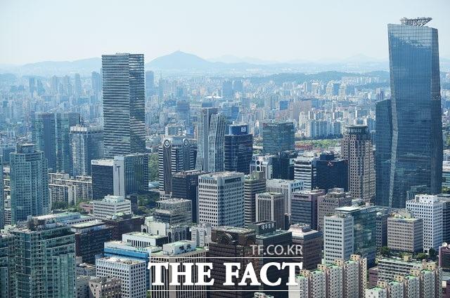 18일 인포빅스에 따르면 코오롱그룹이 올해 1분기 국내 33개 대기업집단 소속 상장사 중 1년 새 정규직 직원을 가장 많이 늘린 것으로 나타났다. /더팩트 DB