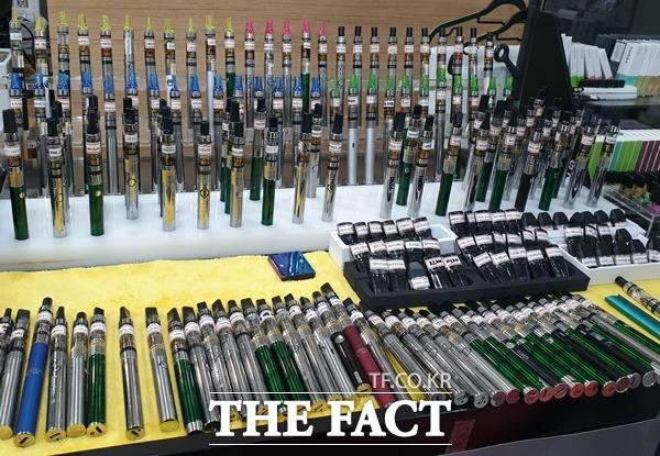 정부의 액상형 전자담배 과세 개편 논의에 따른 토론회가 19일 서울 중구에서 개최될 예정이나 중소상인들로 이뤄진 전자담배협회 총연합회는 토론회 사실 조차 몰랐다며 반발하고 있다. /더팩트 DB