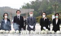 [TF사진관] 5·18 민주묘지 참배하는 열린민주당 최강욱 대표