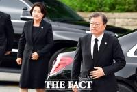 [TF포토] 민주묘지 찾은 문재인 대통령 부부