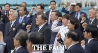 [TF포토] 임을 위한 행진곡 제창하는 문재인 대통령