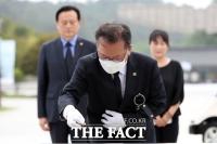 [TF사진관] 5·18 민주묘지 분향하는 김부겸