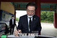 [TF사진관] 5·18민주묘지 참배한 박원순 서울시장, '시민이 영웅입니다'