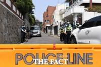 [TF사진관] '고요한 전두환 자택 앞, 기자회견에도 경찰은 경계 근무만'