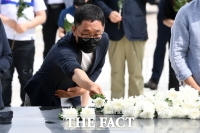 [TF포토] 민주묘지 찾은 김제동