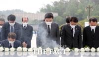 [TF사진관] 민주묘소 참배하는 원유철 대표와 미래한국당