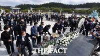 [TF포토] 헌화하는 이낙연 위원장과 민주당 의원들