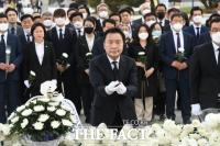 [TF포토] 민주묘지 찾은 손학규