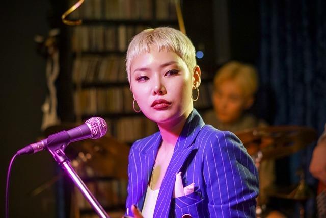 초미의 관심사는 배우로서의 도전뿐만 아니라 가수로서의 또 다른 도전이었다. 강렬한 메시지를 전달하는 래퍼였던 김영은은 재즈 가수로서 영화 속 무대에 오른다. /초미의 관심사 스틸컷